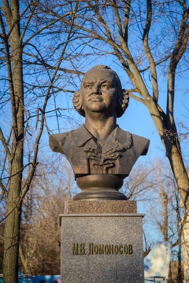 Ryssland Kazan, November 14, 2018: monumentet till den stora ryska forskaren och naturalisten Mikhail Lomonosov i parkerar royaltyfri foto