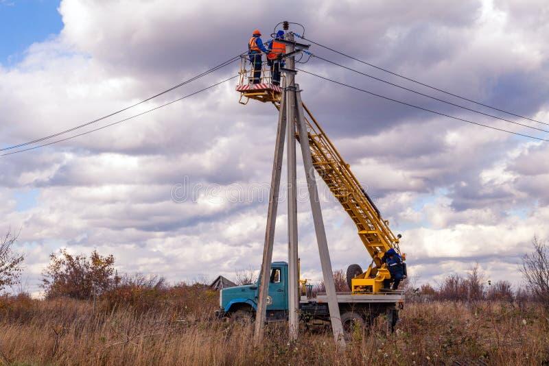 Ryssland Kemerovo, lag av elektriker i hjälmar och likformig r royaltyfria foton
