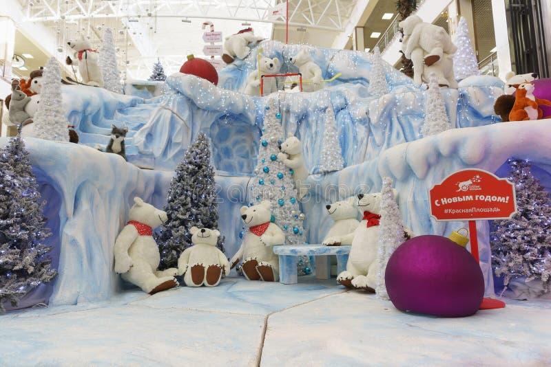 Ryssland Krasnodar-Januari 07, 2017: Vinterinstallation med leksaker i den röda fyrkanten för shopping- och underhållningkomplex arkivfoton