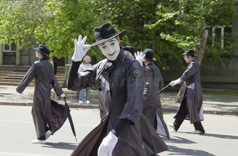 Ryssland Krasnoyarsk, Juni 2019: folk i maskeradkläder på barns parti royaltyfri foto