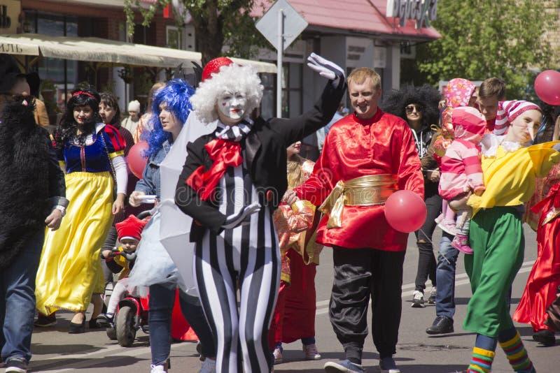 Ryssland Krasnoyarsk, Juni 2019: folk i maskeradkläder på barns parti royaltyfria foton