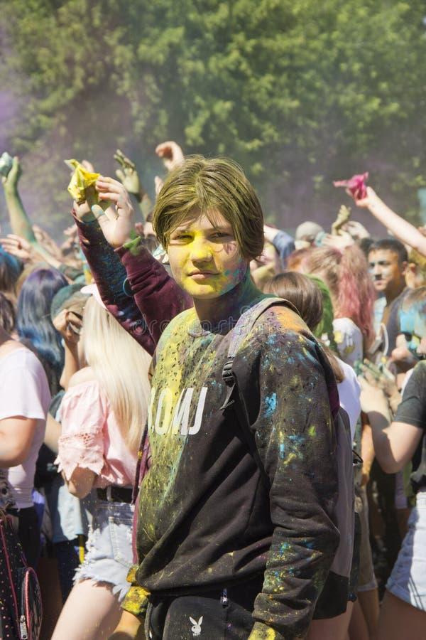 Ryssland Krasnoyarsk, Juni 2019: folk på festivalen av färger Holi royaltyfria foton