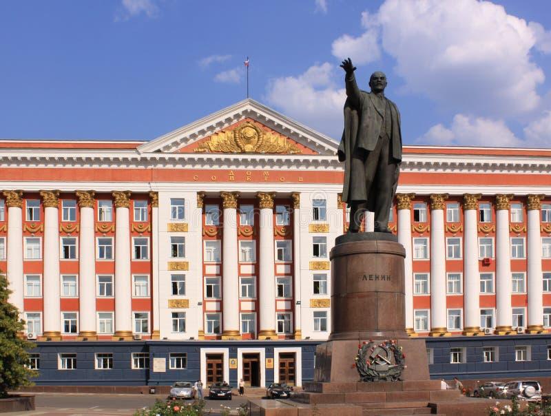 Ryssland Kursk Administrationsbyggnad och Linin monument fotografering för bildbyråer
