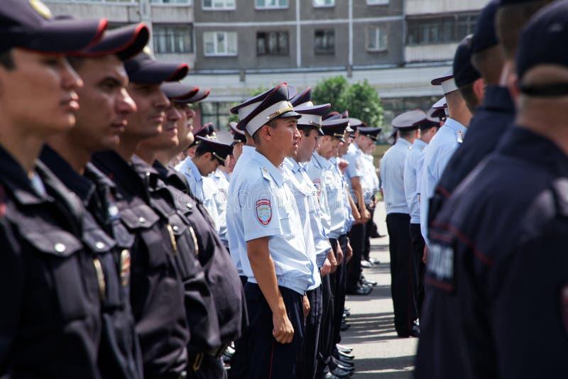 Ryssland Magnitogorsk, - Juli, 18, 2019 Polisen ställde upp på en av stadsgatorna royaltyfri bild