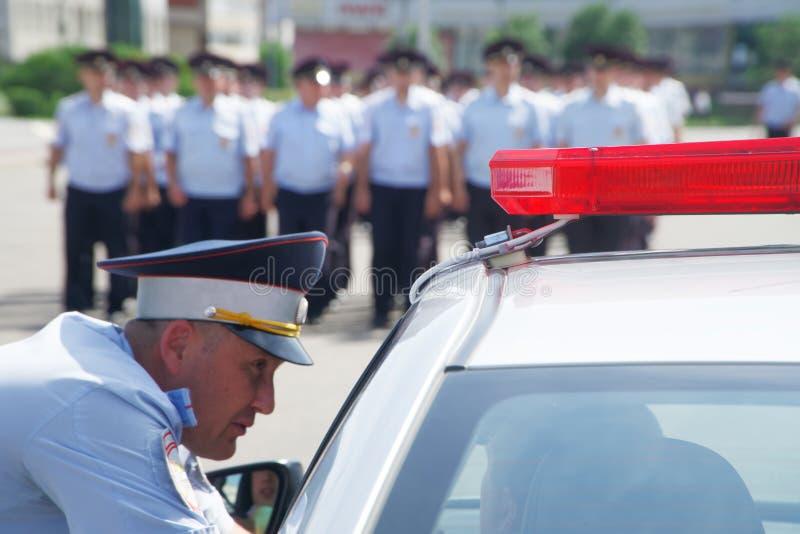 Ryssland Magnitogorsk, - Juli, 18, 2019 Poliser i klänninglikformig på stadsgator Huvudv?gpatrull arkivbilder