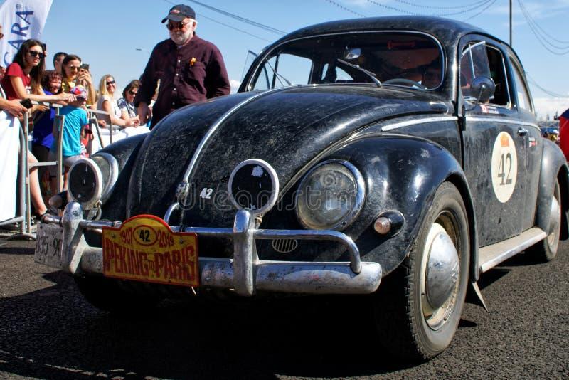 Ryssland Magnitogorsk, - Juni, 20, 2019 Den Retro bilen gamla Volkswagen Beetle stoppade på stadsavenyn royaltyfri foto