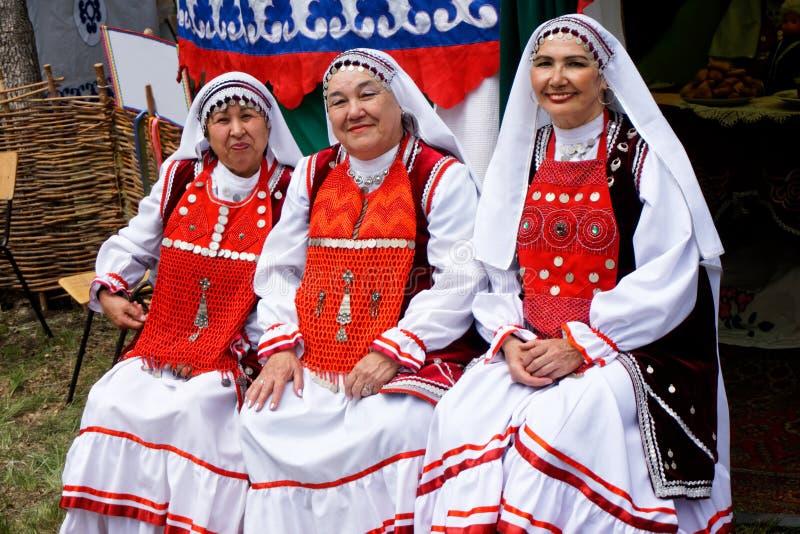 Ryssland Magnitogorsk, - Juni, 15, 2019 Kvinnor i ljusa nationella dräkter av Bashkortostan och Tatarstan - deltagare av arkivbild