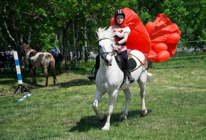 Ryssland Magnitogorsk, - Juni, 23, 2018 Ryttaren på hästrygg under Sabantui är en folk plogfestival arkivbild