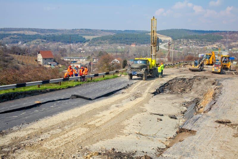 RYSSLAND Mekenzev av berget - reparation av vägen after royaltyfri foto