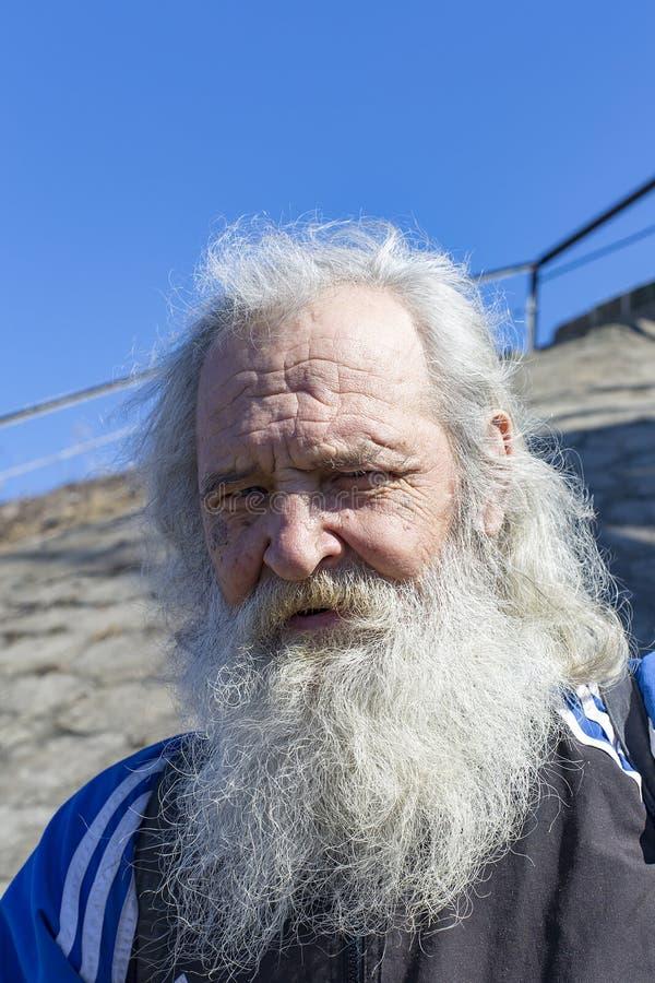 Ryssland Moskva April 14, 2018, morfar med ett grått skägg, ledare royaltyfria foton