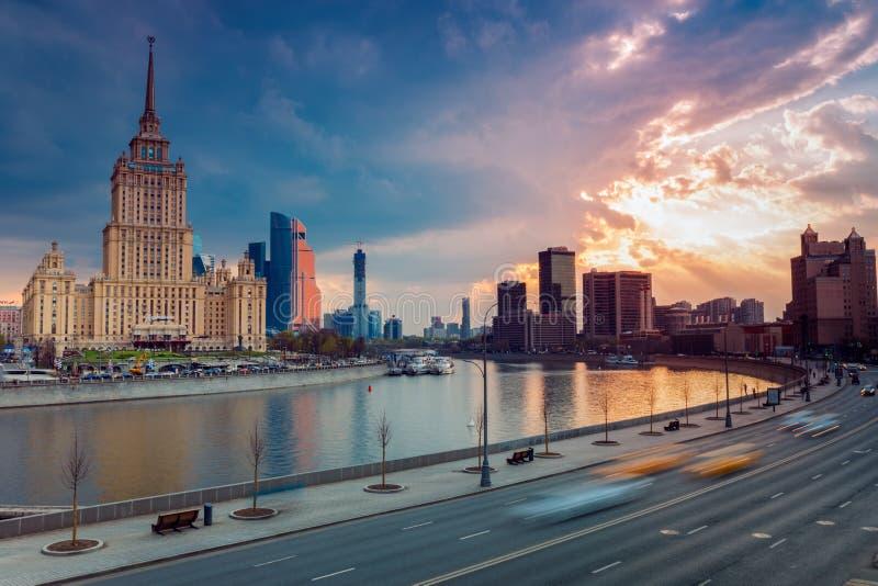 RYSSLAND MOSKVA - 30 april, 2018: Sikt på floden, hotellet Ukraina, Moskvastaden och internationell handel Catner royaltyfri bild