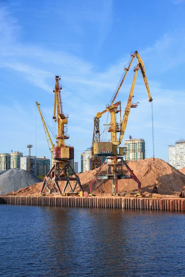 Ryssland Moskva Augusti 2018: Industriella kranar i porten för avlastning av pråm arkivbild