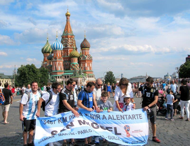 Ryssland Moskva, fotbollvärldscup 2018, fotbollsfan, domkyrka för St-basilika` s royaltyfri fotografi