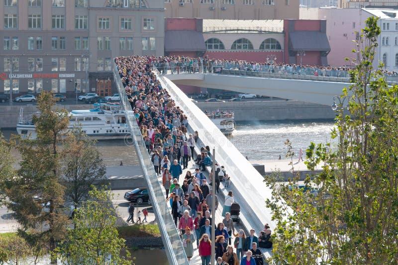 RYSSLAND MOSKVA - SEPTEMBER 16, 2017: Den nya bron över den Moskva flodPoryachiy bron i Zaryadye parkerar i Moskva i Ryssland royaltyfri fotografi