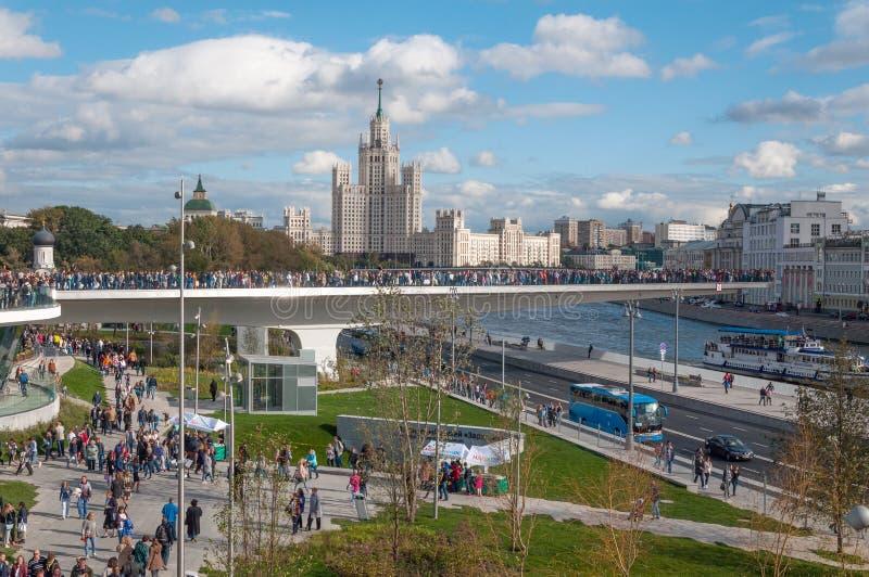 RYSSLAND MOSKVA - SEPTEMBER 16, 2017: Den nya bron över den Moskva flodPoryachiy bron i Zaryadye parkerar i Moskva i Ryssland arkivfoto