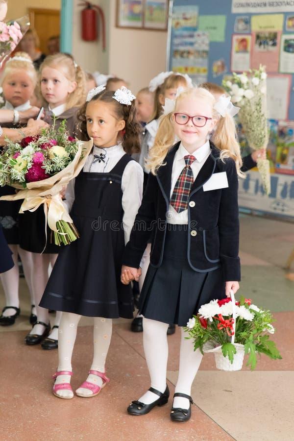 Ryssland Moskva 1 september 2017 - rysk skolutbildning första-väghyvlar första dag på skolan royaltyfri foto