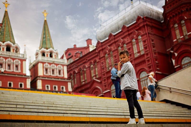 Ryssland Moskva, 07 20 2018 Sikt på statligt historiskt museum och folk som promenerar den röda fyrkanten, nära Kreml Berömda stä fotografering för bildbyråer