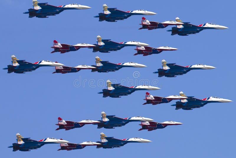 Ryssland Moskva, Victory Day May 9, 2016 - manned lag Swifts och ryssriddare royaltyfri foto