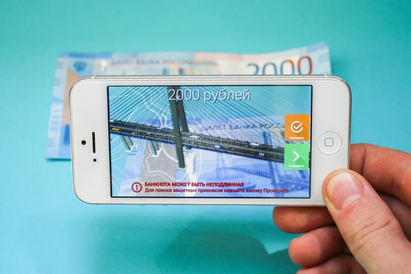 Ryssland Nevinnomyssk Juli 7, 2018 Projektion av de nya 200 ryska rublen i telefonapplikationen legitimations ökat r arkivbilder