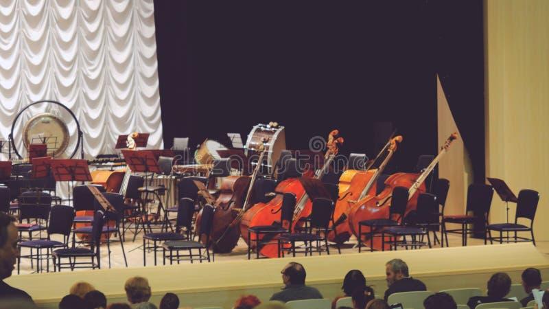 Ryssland Novosibirsk, 12 kan 2017 Åskådare sitter ner framme av kapaciteten på etapp, symfoniorkesteren royaltyfria foton