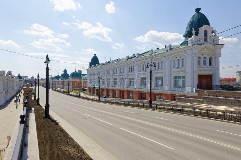 Ryssland Omsk En gata med forntida byggnader av det 19th århundradet i den centrala delen av staden fotografering för bildbyråer