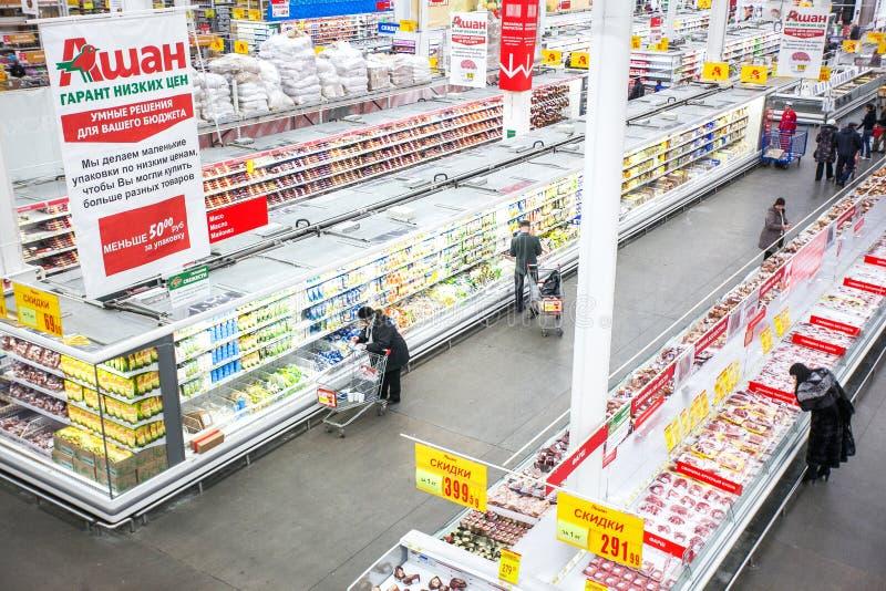Ryssland Omsk - Januari 22, 2015: Stort lager för supermarket arkivfoto