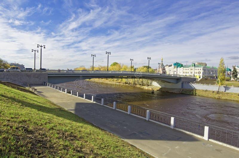 Ryssland Omsk Rekonstruerad bro i den historiska mitten av staden royaltyfri foto