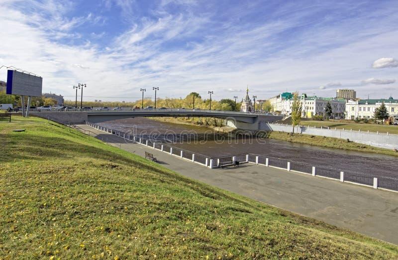 Ryssland Omsk Rekonstruerad bro i den historiska mitten av staden royaltyfri bild