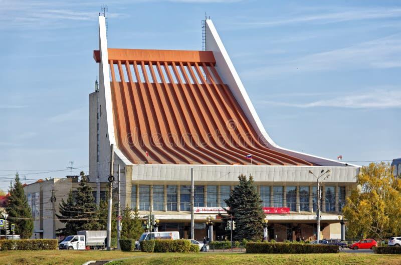 Ryssland Omsk Sikt av den statliga musikaliska teatern i den centrala delen av staden royaltyfria bilder