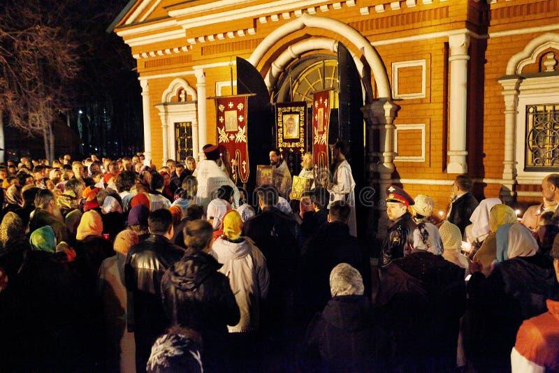 Ryssland Påsk: Gå den runda kyrkan kyrklig ortodox ryss 2 som är senare än katolik arkivfoton