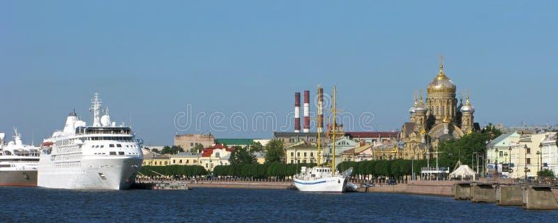 Ryssland Panorama av den Vasilievsky ön i St Petersburg royaltyfria foton