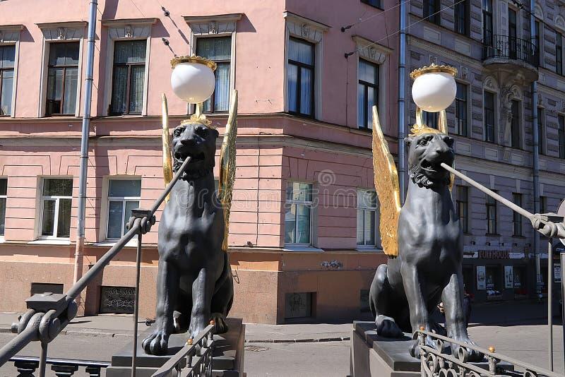 Ryssland Petersburg, Juni 29, 2019 Bevingade lejon på bankbron Griper på bankbron på den Fontanka floden som stämmer överens arkivfoton