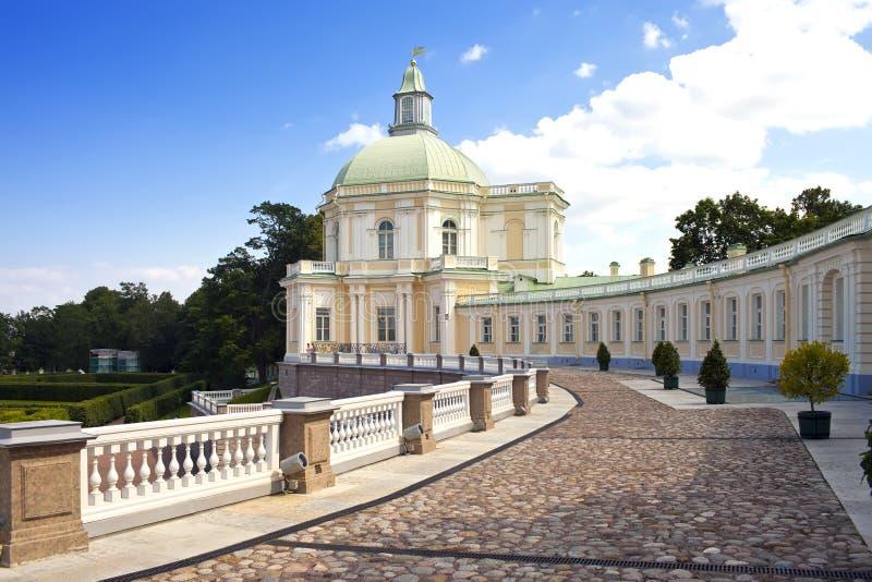 Ryssland petersburg Oranienbaum (Lomonosov) fäll ned parken stor menshikovsky slott royaltyfria foton