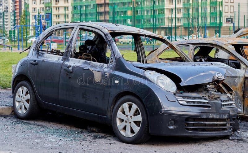 Ryssland petersburg saint Juli 17, 2019 Den delvist brända bilen efter en brand, delar av kroppen brände dörrhandtag och sprucket arkivbilder