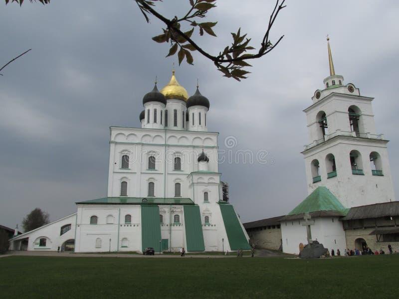 Ryssland Pskov, Pskov Kreml i tidig vår royaltyfri bild