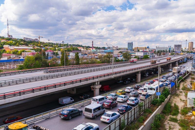 Ryssland Rostov On Don, September 26, 2018: Golv för stadsvägyttersida med viaduktbron fotografering för bildbyråer
