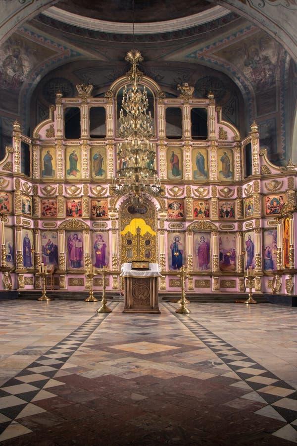 Ryssland Ryazan 1 Februari 2019 - inre av den ortodoxa kyrkan, altare, iconostasis, i naturligt ljus arkivfoton