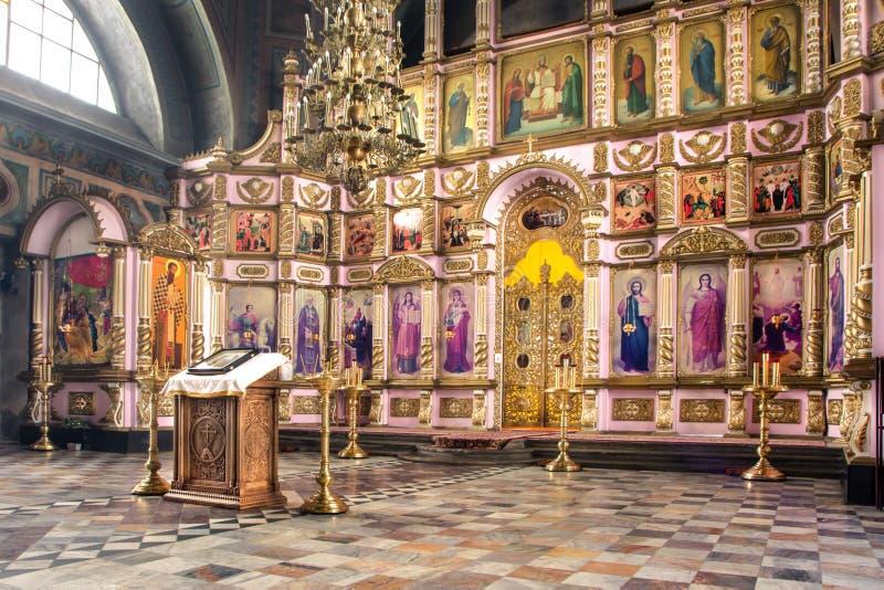 Ryssland Ryazan 1 Februari 2019 - inre av den ortodoxa kyrkan, altare, iconostasis, i naturligt ljus arkivbild