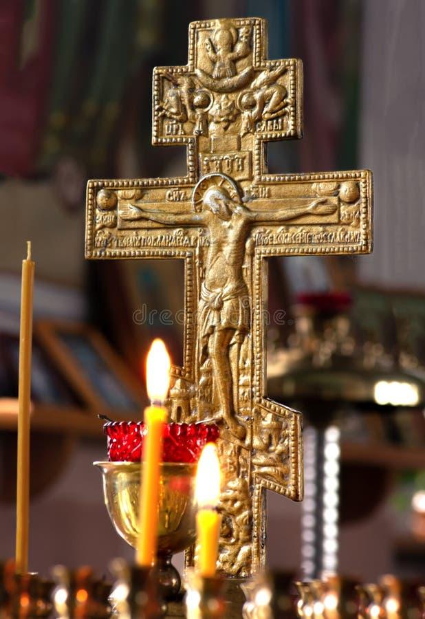 Ryssland Ryazan 1 Februari 2019 - stearinljus på bakgrunden av ett förgyllt kors i det naturliga ljuset för ortodox kyrka arkivfoton