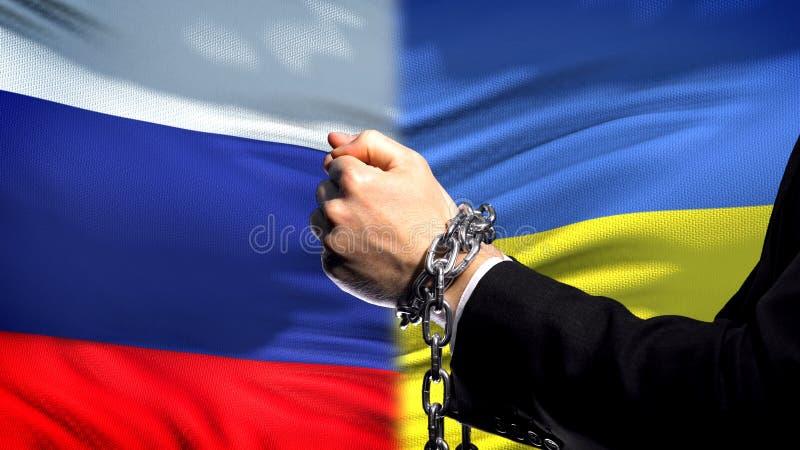Ryssland sanktionerar Ukraina, den kedjade fast politisk eller ekonomisk konflikten för armar, affär arkivfoto