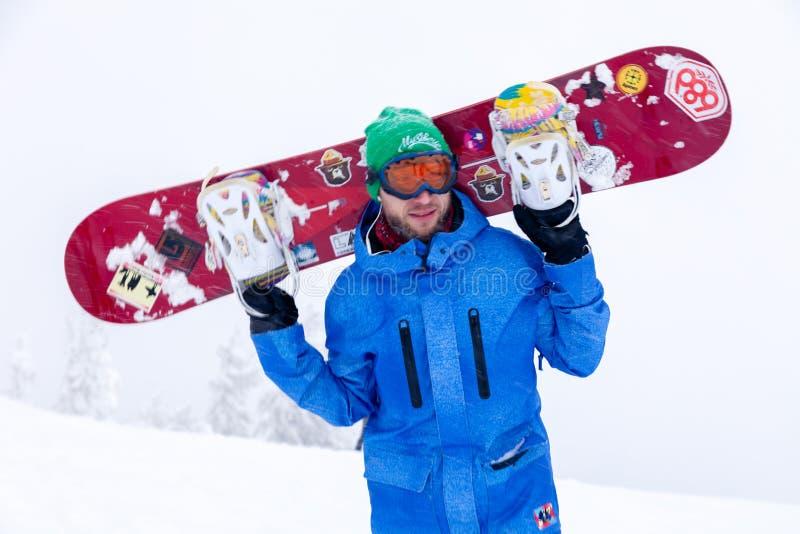 Ryssland Sheregesh 2018 11 Yrkesmässig snowboarder för man 18 i bri royaltyfri foto