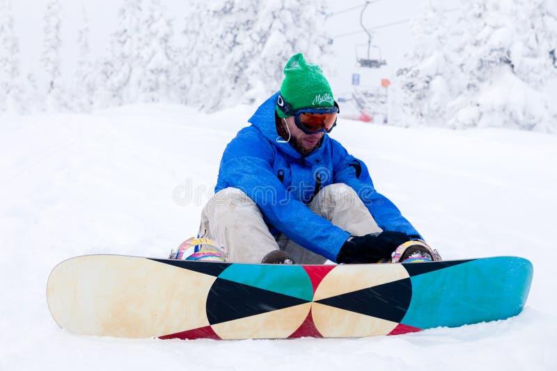 Ryssland Sheregesh 2018 11 Yrkesmässig snowboarder för man 18 i bri arkivbild