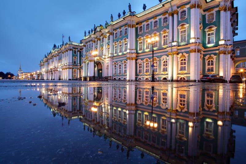 Ryssland St Petersburg, eremitboningbyggnader reflekterade i vatten, royaltyfria foton