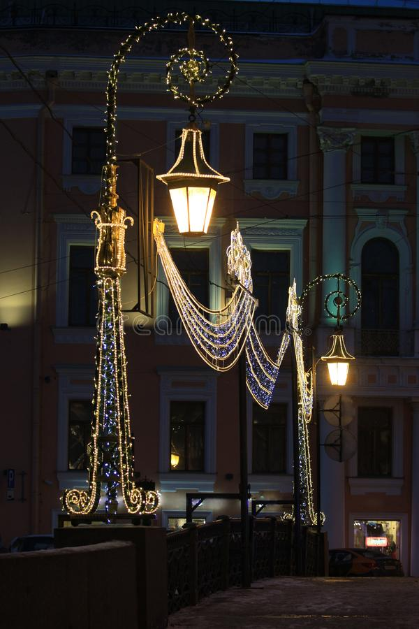 Ryssland St Petersburg, gröna brolyktor royaltyfri foto
