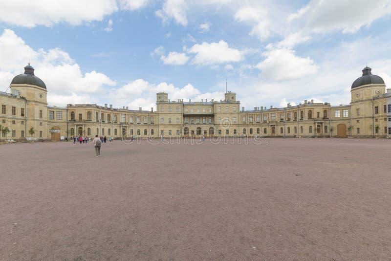 Ryssland St Petersburg, 13, Juli, 2017: Den Gatchina slotten och parkerar royaltyfri fotografi