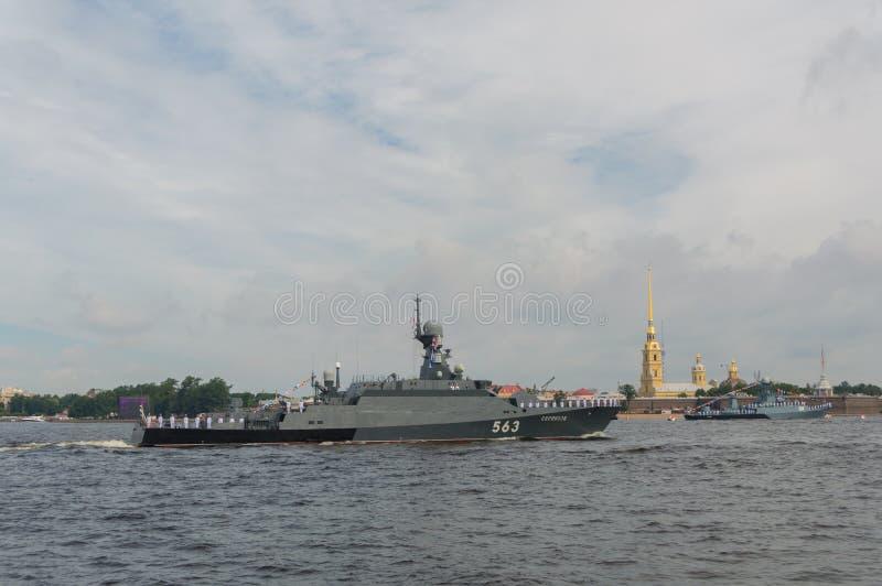 Ryssland St Petersburg, Juli 30, 2017 i vattnet av Neven arkivfoton