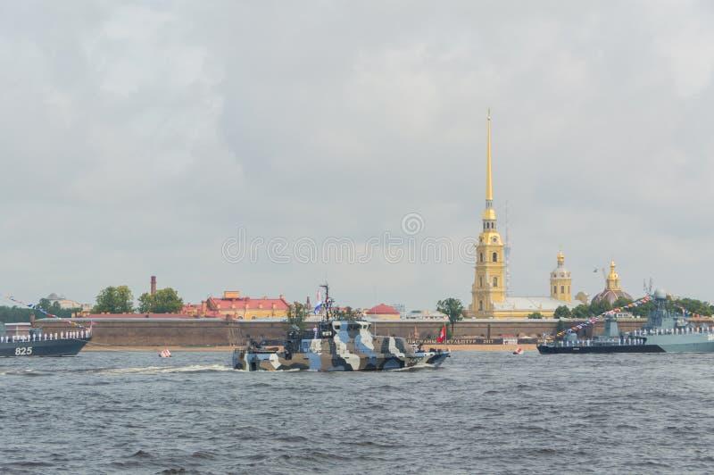 Ryssland St Petersburg, Juli 30, 2017 i vattnet av Neven arkivbilder
