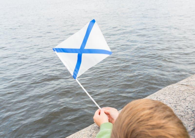 Ryssland St Petersburg, Juli 30, 2017 pojken är flaggan av S royaltyfria bilder
