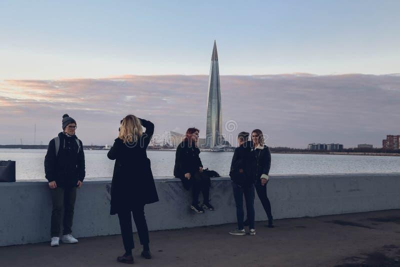 Ryssland St Petersburg - juni, 2018 SkyskrapaLakhta mitt p? kusten av golfen av Finland p? solnedg?ngen fotografering för bildbyråer
