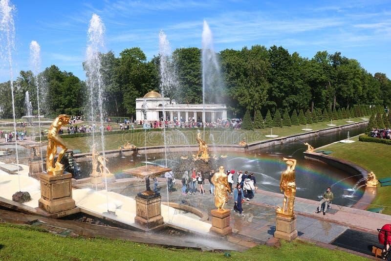 Ryssland St Petersburg, Peterhof, Juni 8, 2018 På fotoet är den storslagna kaskadspringbrunnen i det övre parkerar av det Peterho royaltyfria bilder